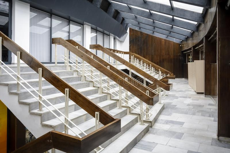 Escaleras con la escalera de madera en un pasillo de deporte imagen de archivo