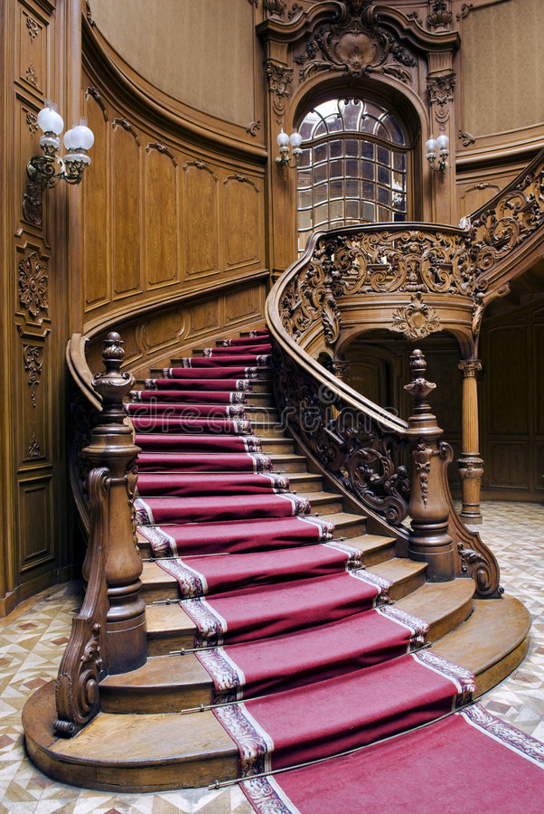 Escaleras Con La Tira De La Alfombra Foto de archivo libre de regalías