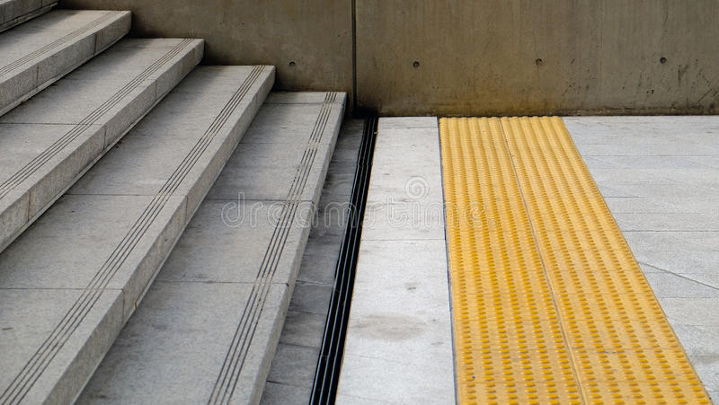 Escaleras concretas con el canal antirresbaladizo del surco y del acero fotografía de archivo