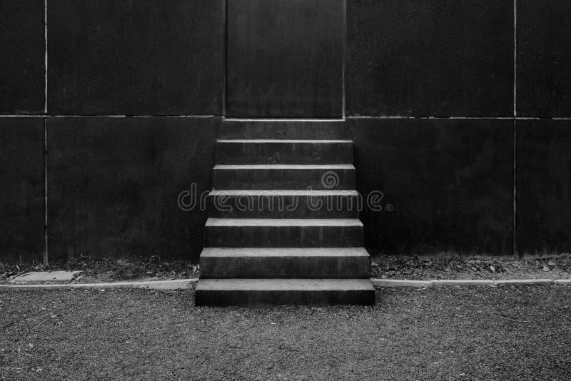 Escaleras concretas modernas abstractas a la construcción imagen de archivo