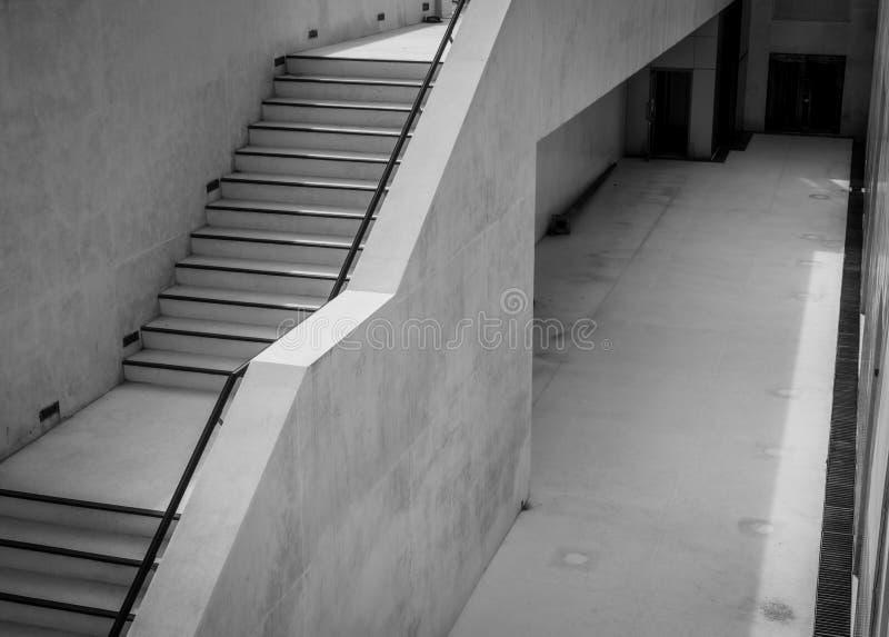 Escaleras concretas modernas al aire libre Escaleras para el servicio de la limpieza de la piscina Escalera al lado de la piscina foto de archivo