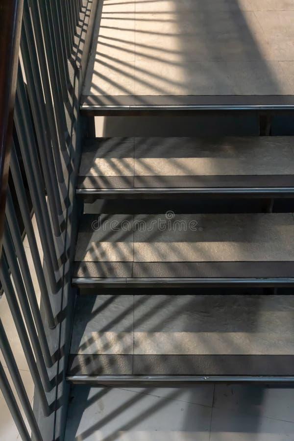 Escaleras concretas modernas del extracto con la línea antideslizante modelo foto de archivo libre de regalías