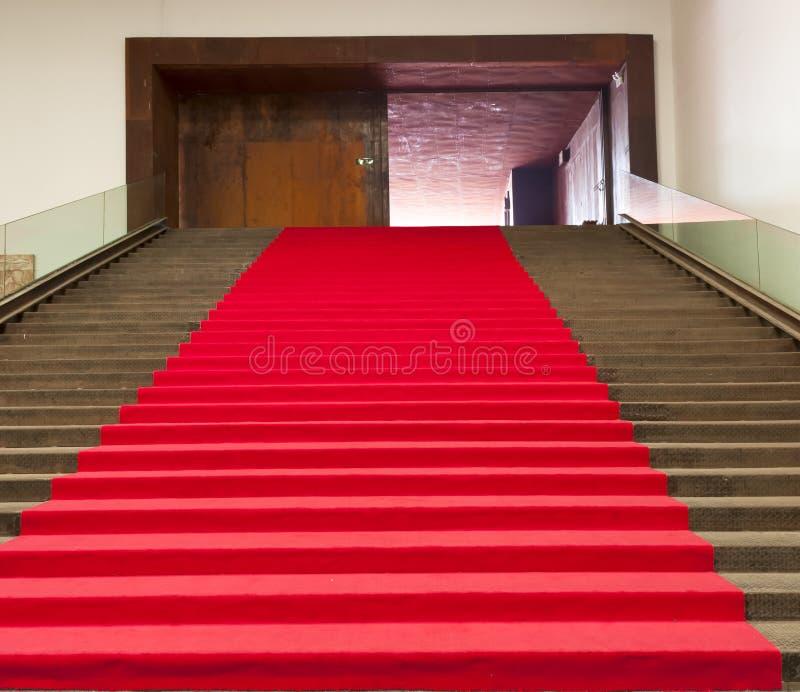 Escaleras Cubiertas Con La Alfombra Roja Foto de archivo libre de regalías