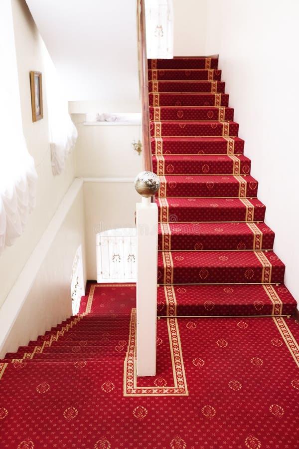 Escaleras cubiertas con la alfombra roja imagen de archivo - Alfombra para escalera ...
