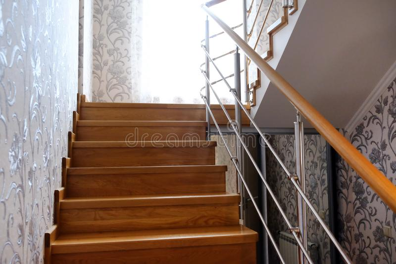 Escaleras de Interfloor de las razas valiosas de la madera para la cabaña Escalera de madera a la segunda planta Escalera de made foto de archivo libre de regalías