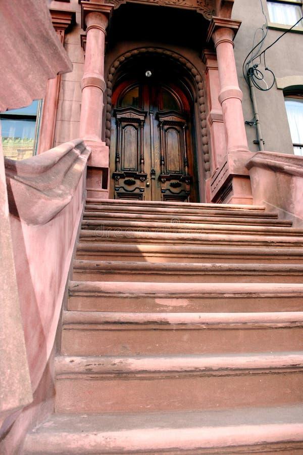 Escaleras de la arenisca de color oscuro fotos de archivo