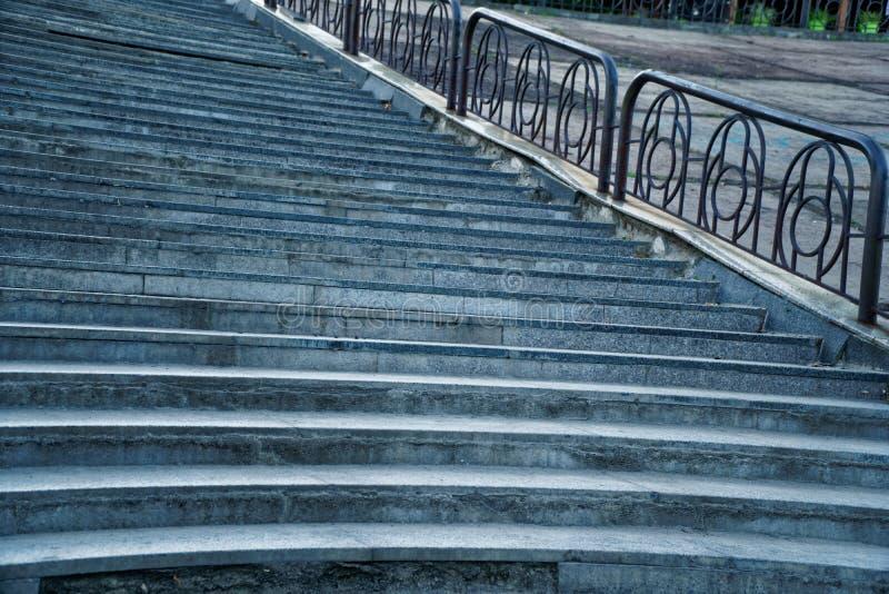 Escaleras de la calle con la barandilla de acero, ninguna persona foto de archivo libre de regalías