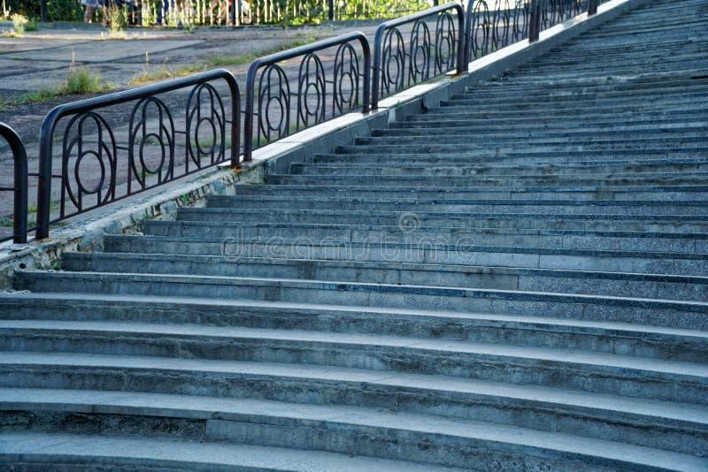 Escaleras de la calle con la barandilla de acero, ninguna persona fotografía de archivo