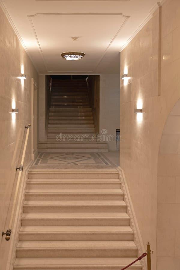 Escaleras de la cripta imagenes de archivo