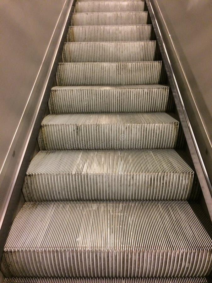 Escaleras de la escalera móvil del metro fotografía de archivo libre de regalías
