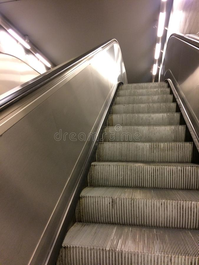 Escaleras de la escalera móvil del metro imagen de archivo