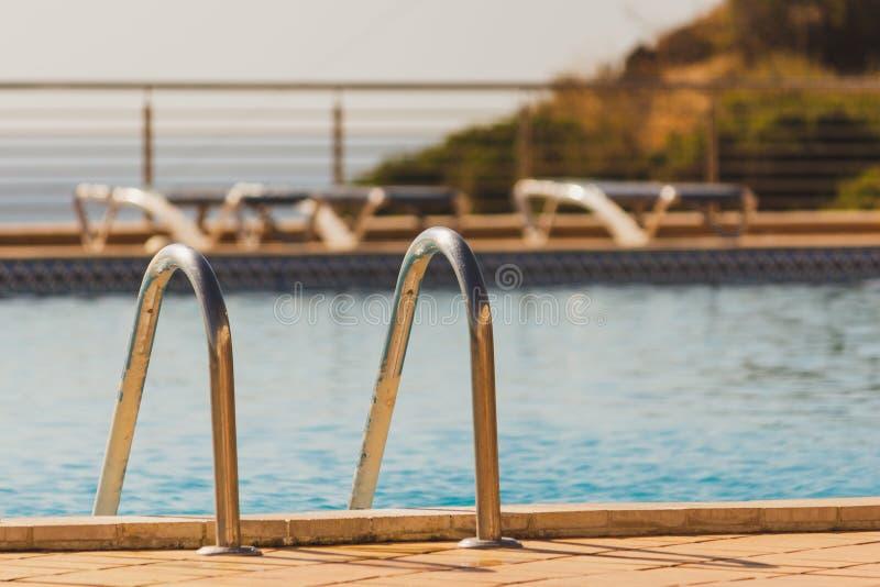 Escaleras de la piscina, pasos en Dona Ana Beach Lagos, Portugal imagen de archivo