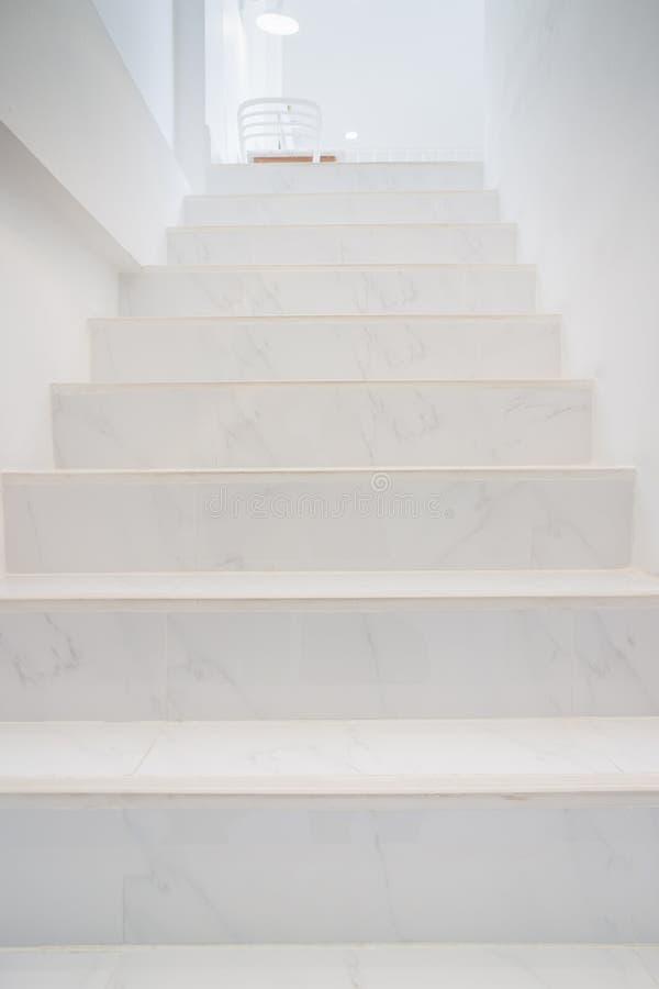 Escaleras de mármol de la perspectiva interior casera fotos de archivo libres de regalías