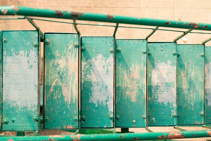Escaleras de madera coloridas viejas fotos de archivo