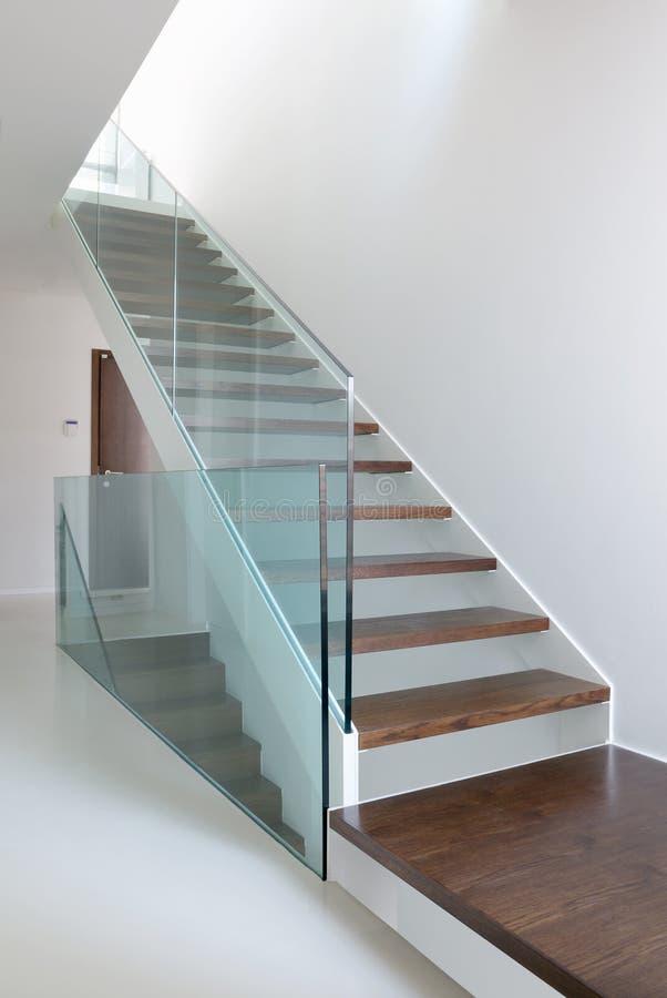 Escaleras De Madera Con La Barandilla De Cristal Foto de archivo