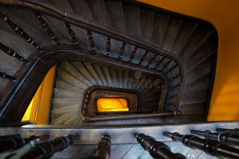 Escaleras de madera con la luz del sol fotos de archivo