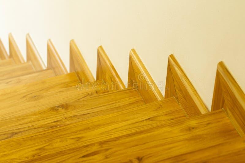 Escaleras de madera del estilo moderno foto de archivo