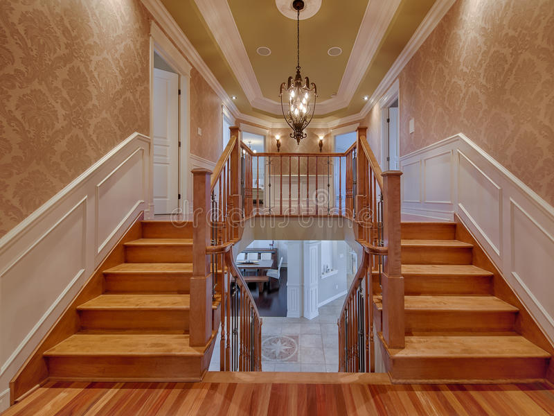 Escaleras De Madera Dobles En Casa De Lujo Foto de archivo - Imagen ...