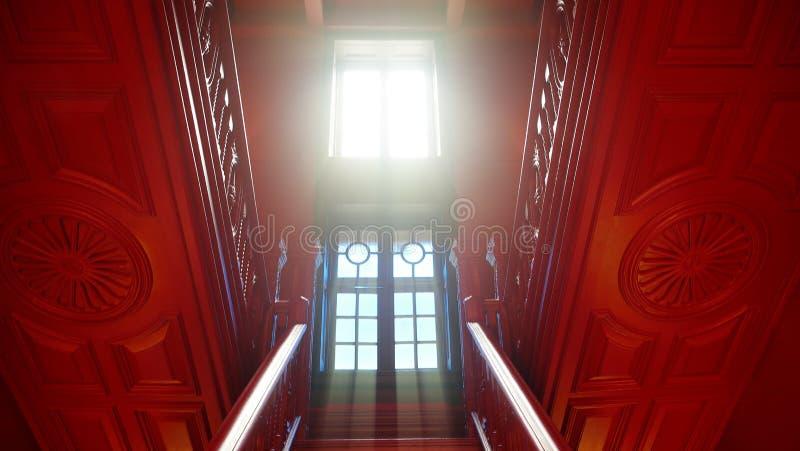 Escaleras de madera por noche con la luz llevada en el abstrac blanco del diseño moderno de la pared fotografía de archivo