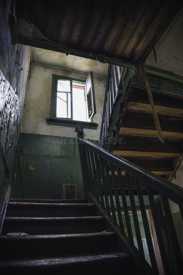Escaleras De Madera Severas Oscuras En El Edificio Abandonado Viejo ...