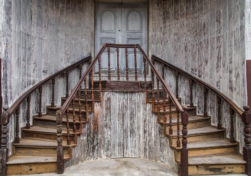 Escaleras de madera viejas imagen de archivo