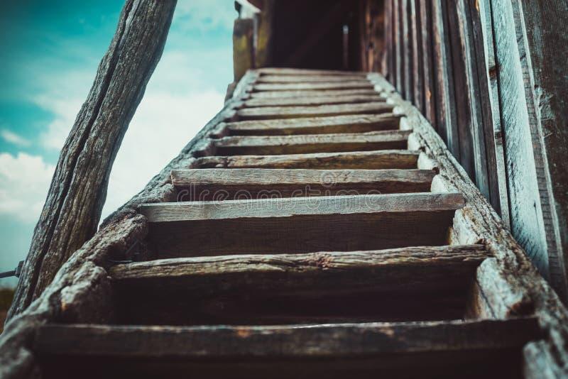Escaleras de madera viejas en el molino de viento abandonado imagen de archivo