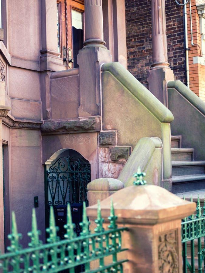 Escaleras de piedra con una cerca verde fotos de archivo libres de regalías