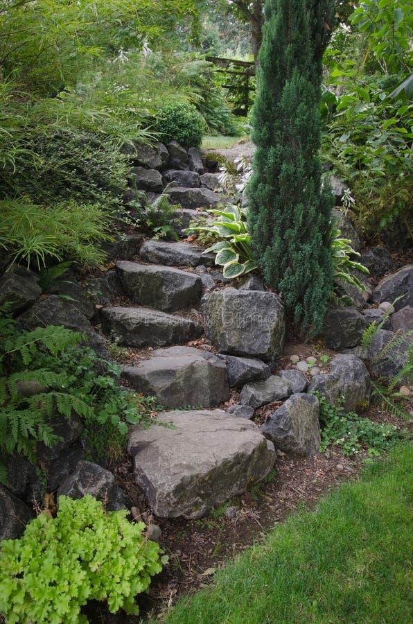 escaleras de piedra del jard n foto de archivo imagen de