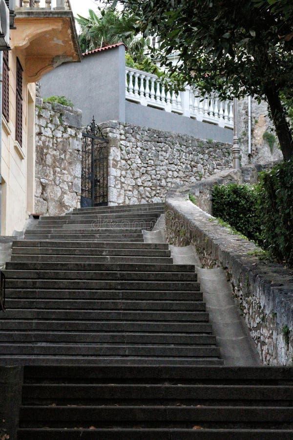 Escaleras de piedra en crikvenica imagenes de archivo