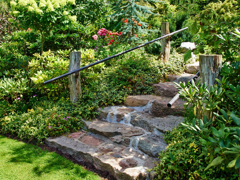Escaleras de piedra naturales que ajardinan en jardín fotografía de archivo