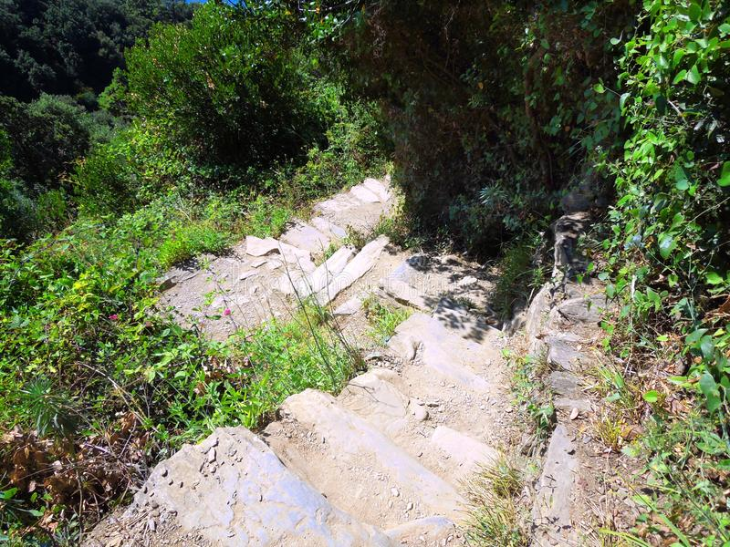 Escaleras de piedra resistidas montaña en Italia imagen de archivo