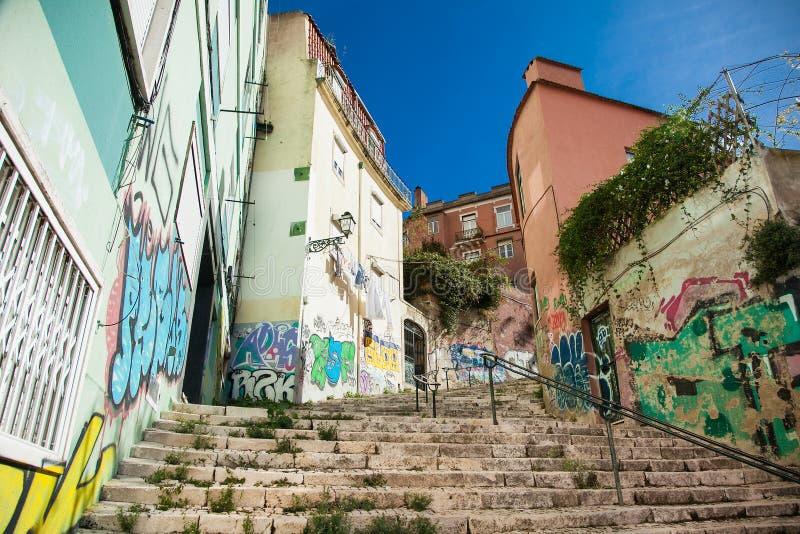 Escaleras de piedra viejas en Lisboa, detalle de escaleras en una calle vieja en una vecindad vieja en Portugal imágenes de archivo libres de regalías