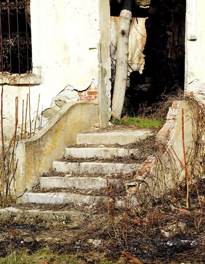 Escaleras de un pueblo buliding abandonado viejo, Ljubojno, Macedonia imagenes de archivo