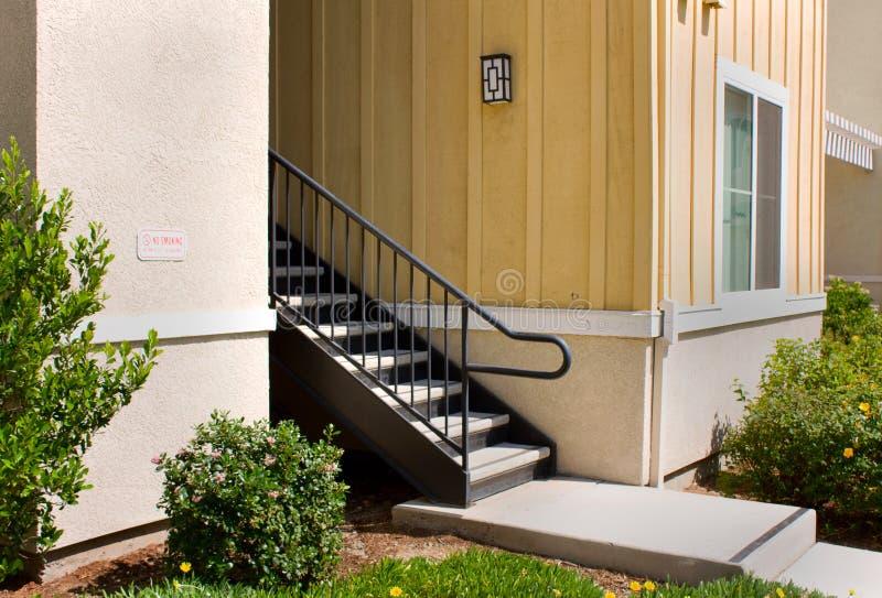 Escaleras del apartamento imagen de archivo