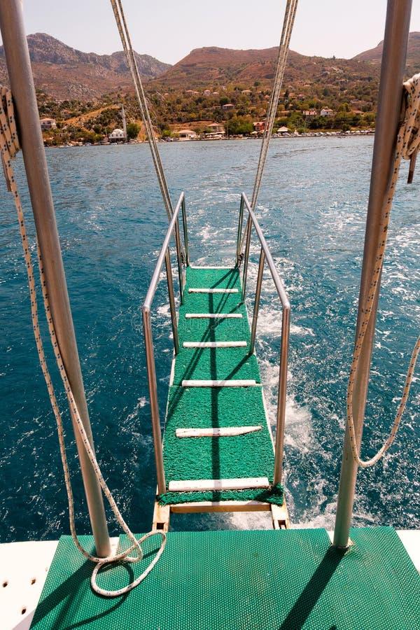 Escaleras del barco al mar azul fotografía de archivo libre de regalías