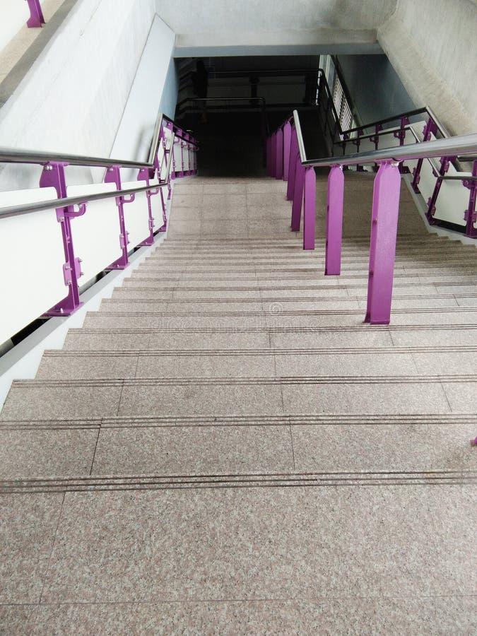Escaleras del cemento con la barandilla imagenes de archivo