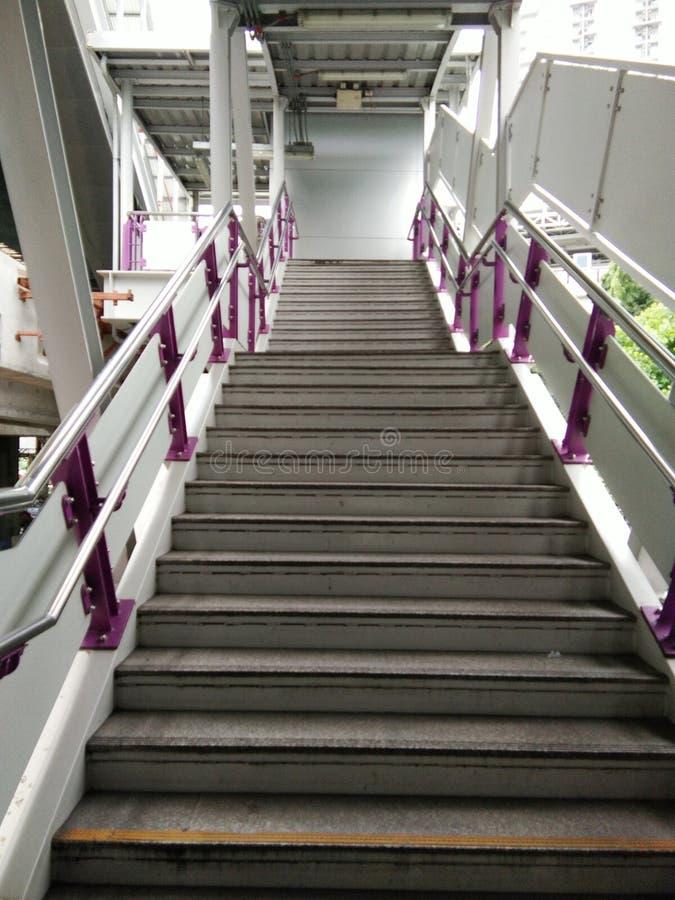 Escaleras del cemento con la barandilla fotos de archivo libres de regalías