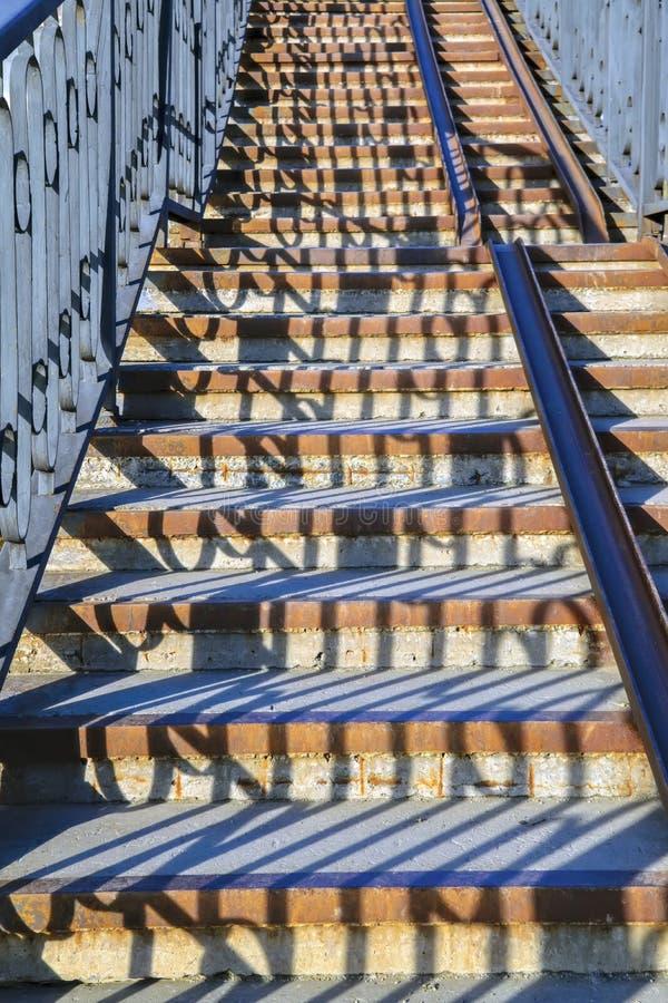 Escaleras del hierro labrado del arrabio en el parque de la ciudad imágenes de archivo libres de regalías