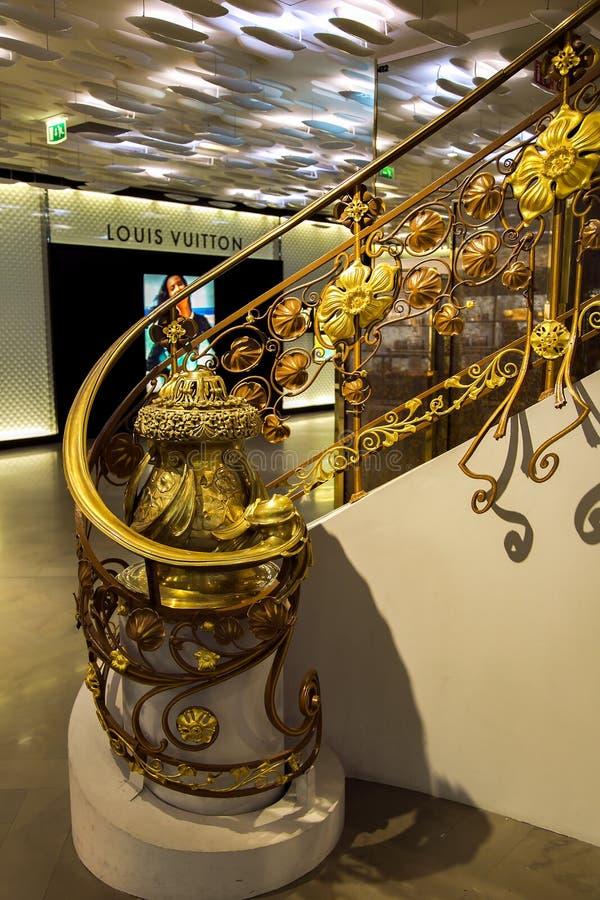 Escaleras del hierro labrado del trabajo que sorprenden en la galería Lafayette fotografía de archivo libre de regalías