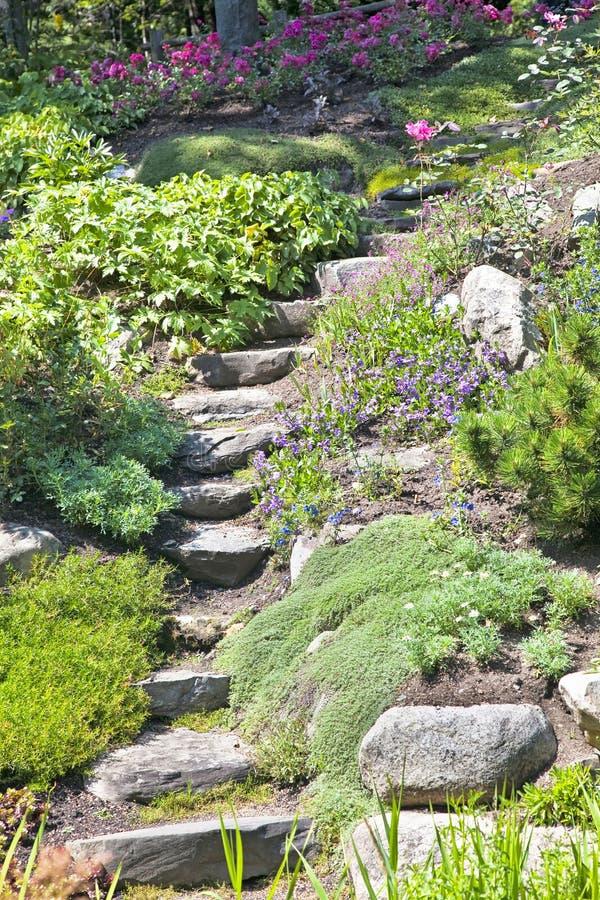 Escaleras del jardín de roca foto de archivo libre de regalías