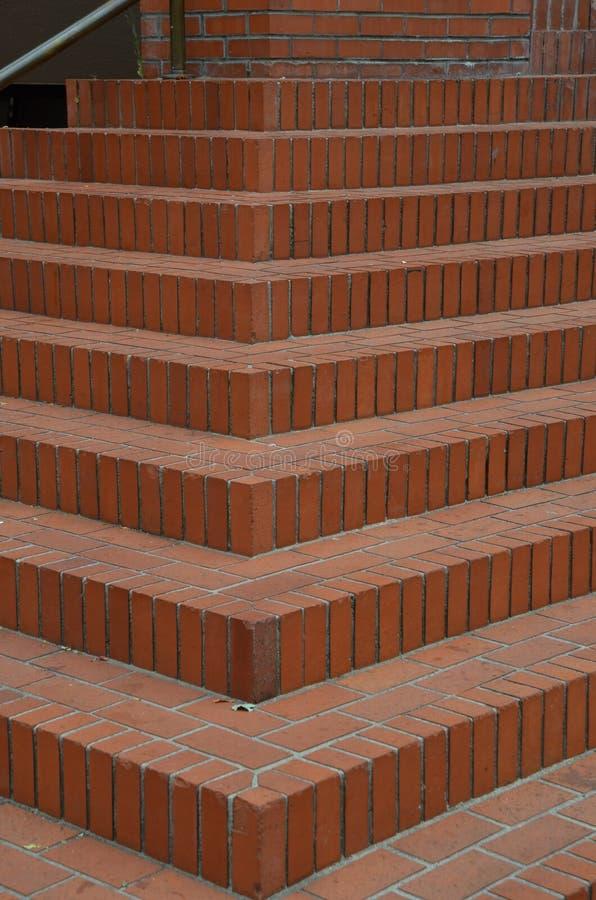 Escaleras del ladrillo rojo en cuadrado del tribunal de Portland, Oregon imágenes de archivo libres de regalías