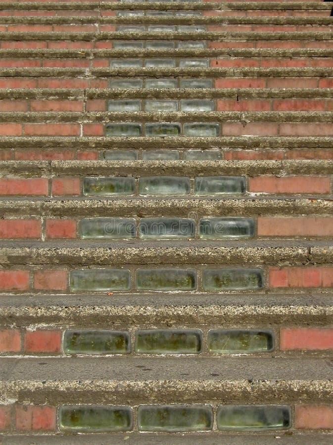 Escaleras del ladrillo y del vidrio