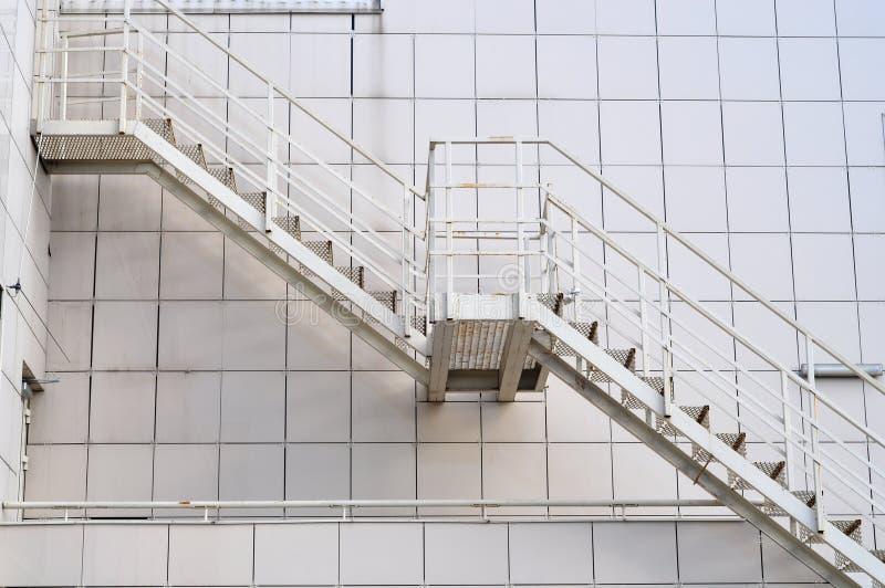 Escaleras del metal fotografía de archivo
