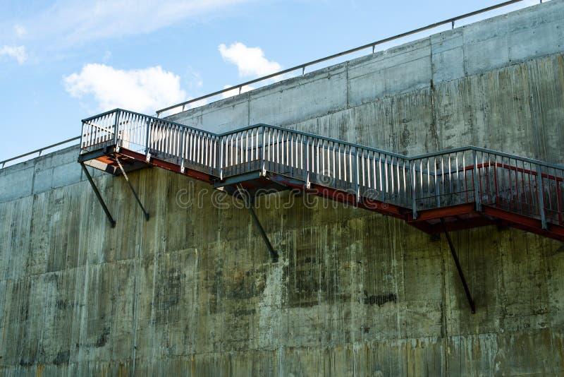Escaleras del metal en el muro de cemento gris foto de for Escaleras de metal y concreto