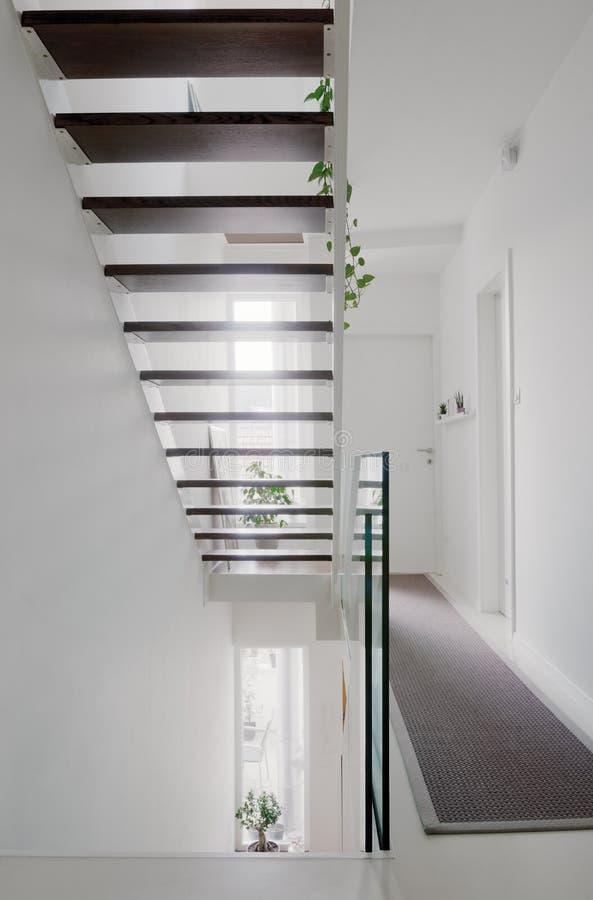 Escaleras del pasillo de la casa y barandilla de cristal imagenes de archivo