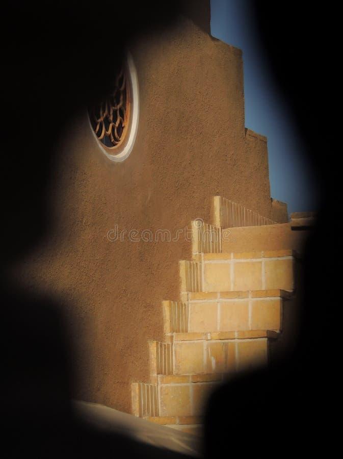 Escaleras del tejado a través de las grietas del palacio de la arquitectura del adobe fotos de archivo libres de regalías