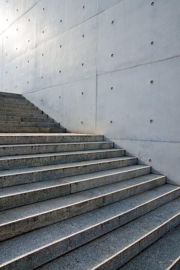 Escaleras delante de una pared imagenes de archivo