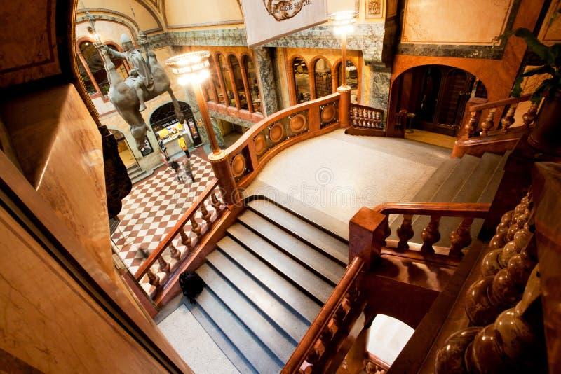 Escaleras dentro del edificio histórico de Praga foto de archivo
