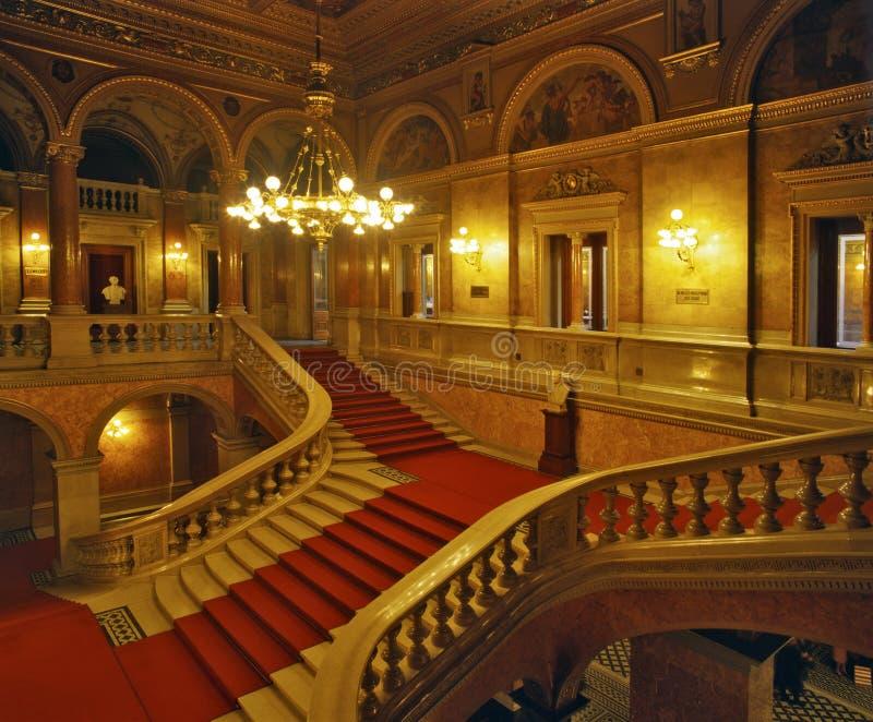 Escaleras dentro del teatro de la ópera húngaro del estado foto de archivo