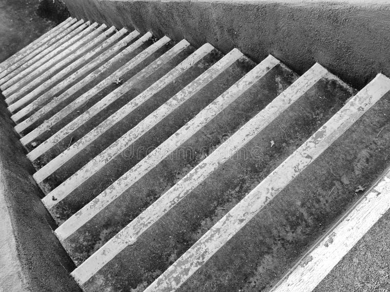 Escaleras descendentes foto de archivo libre de regalías